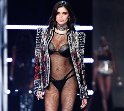 Sara Sampaio arrasa em lingerie no desfile do ano